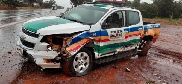 Parte lateral da viatura da PMMA ficou danificada   Foto: Reprodução