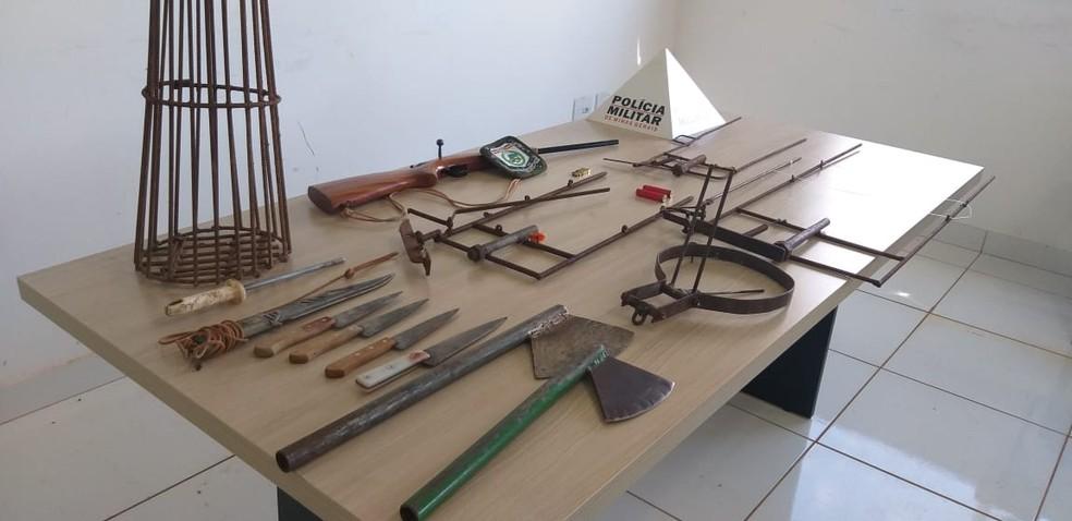Armas usadas para caça e abate foram apreendidas — Foto: Policia Militar de Meio Ambiente Divulgação