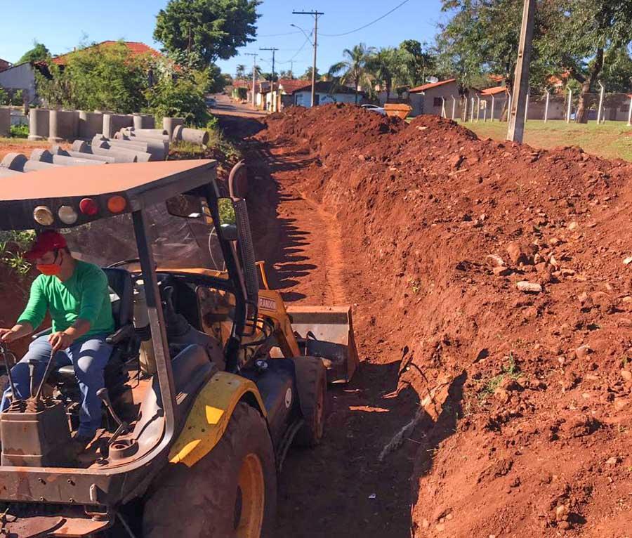 Operador da prefeitura trabalha na perfuração das valas que receberão as manilhas de contenção de água | Foto: Divulgação