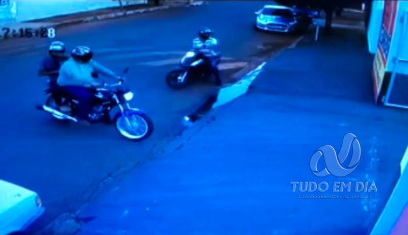 Bandidos chegaram em uma Honda Titan e uma motoneta Honda Biz | Imagem: Reprodução circuito de segurança
