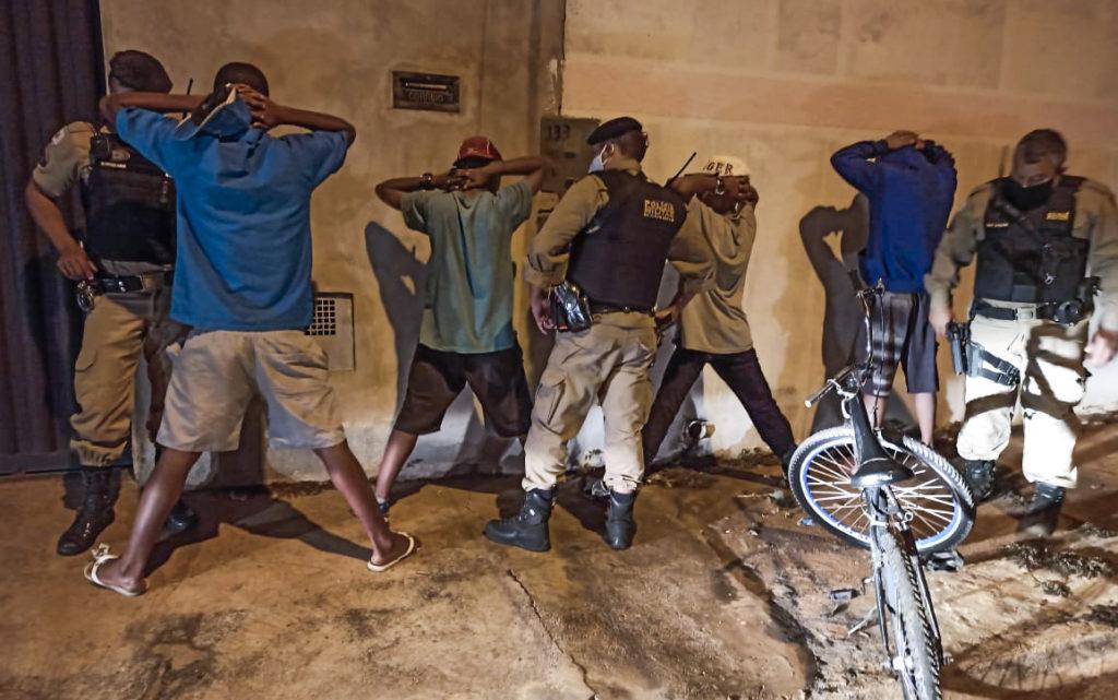 Ao todo, onze abordados foram conduzidos pela polícia | Foto: PMMG/Divulgação