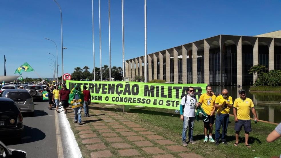 Manifestantes durante ato deste domingo (31) com mensagens contra o Congresso e o Supremo — Foto: Isabella Calzolari /