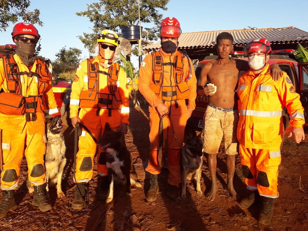 Trabalhador rural foi encontrado depois de sumir na mata em Prata; bombeiros, familiares e amigos participaram das buscas — Foto: Corpo de Bombeiros/ Divulgação