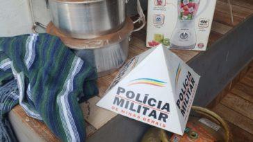 Militares recuperaram parte dos produtos que haviam sido furtados na casa de cuidadora de idosos| Foto: PMMG