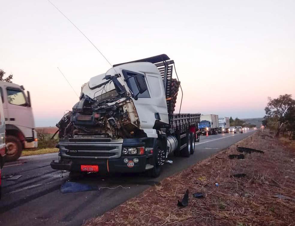 Motorista e passageira do caminhão ficaram feridos em acidente na BR-365 próximo a Romaria — Foto: Corpo de Bombeiros/Divulgação