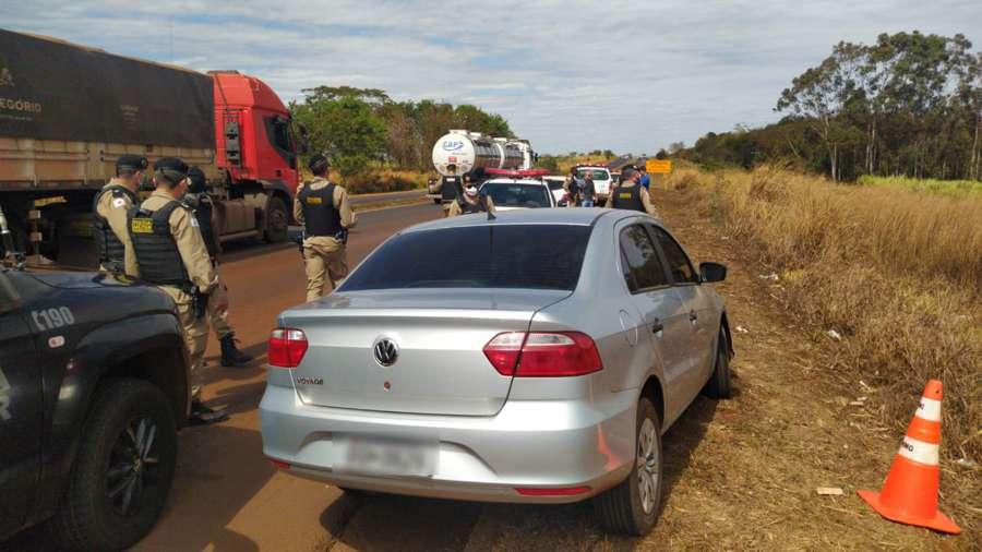Veículo foi interceptado pela PMMG na BR-153, próximo ao município de Araporã | Foto: PMMG