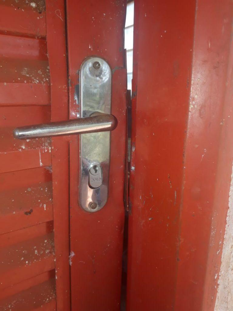 Porta arrombada na base transmissora da rádio | Foto: Fernanda Guimarães