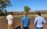 (Esq) Brian Bowler — embaixador do Malawi—, Joedis Marques e Cleidimar Zanotto   Foto: Reprodução