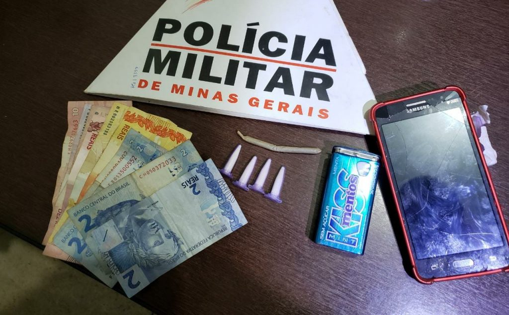 Menor foi apreendido com pinos de cocaína, maconha e dinheiro | Foto: PMMG/Divulgação
