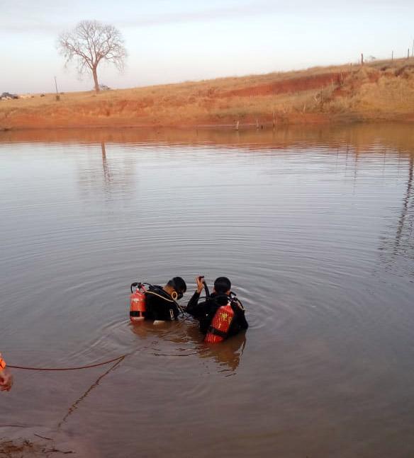 Dois mergulhaores encontraram o corpo após estudar a situação as condições da represa   Foto: Bombeiros/Divulgação