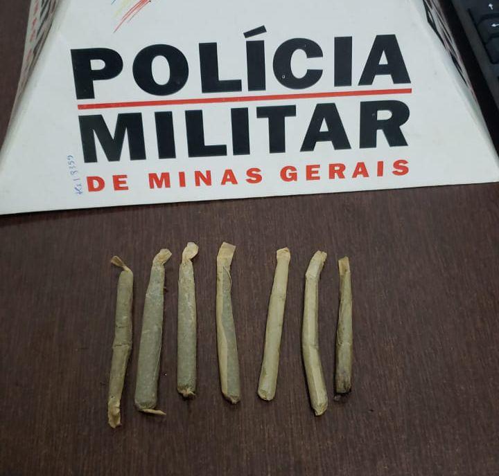Maconha estava dentro de uma carteira de cigarros, escondida na blusa da garota | Foto: PMMG