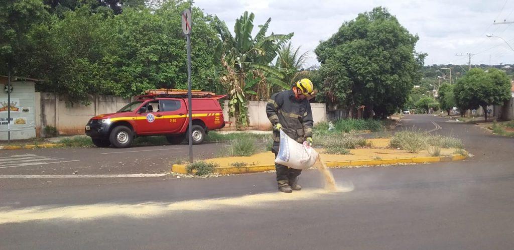 Bombeiro aplica serragem para evitar a derrapagem no local   Foto: Bombeiros/Divulgação