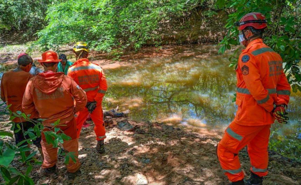 Corpo da vítima foi encontrado dentro do Córrego do Barreirinho   Foto: Pontal em foco