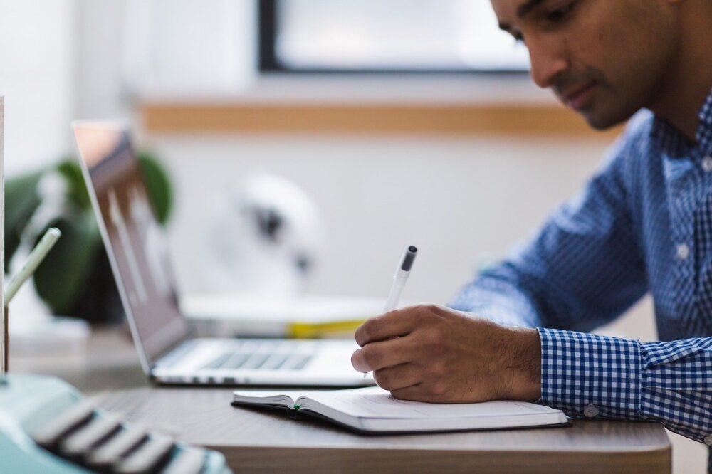 Homem em frente a um computador   Foto: Pixabay