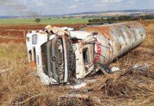 Carreta carregada com 35 mil kg de gás tomba próximo à Centralina, Minas Gerais