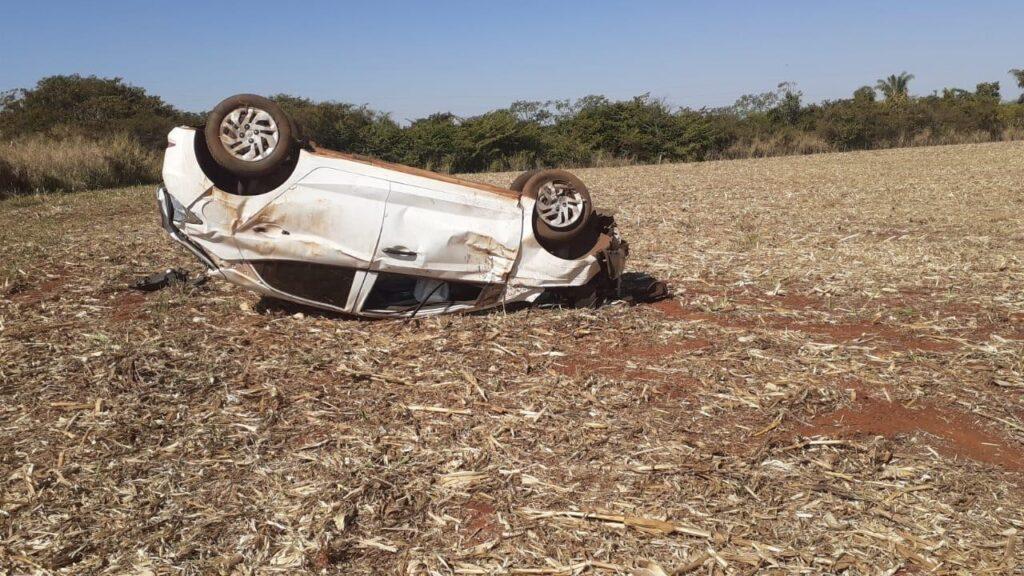 Os ocupantes do veículo foram arremessados e ficaram caídos sobre uma palhada | Foto: Reprodução